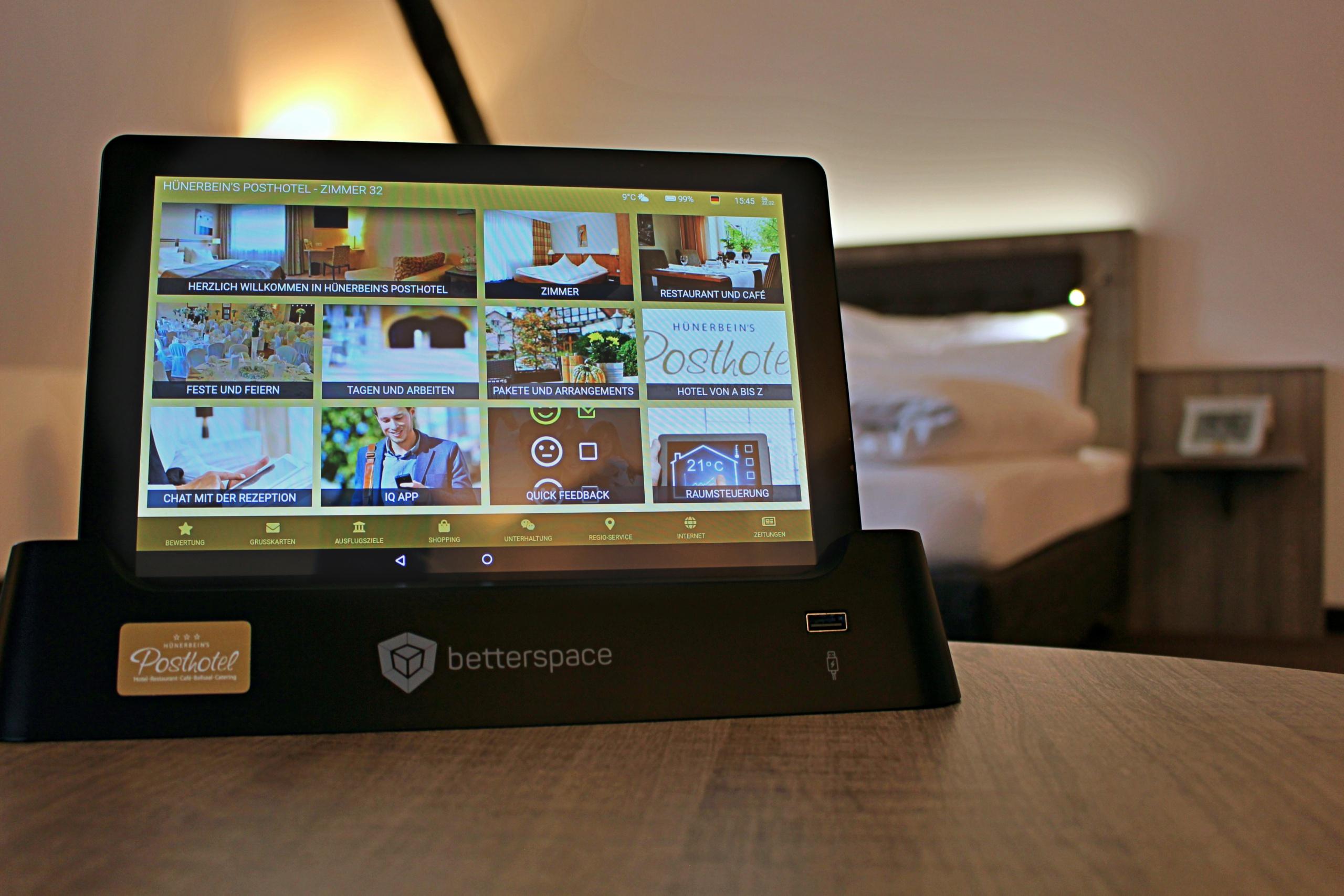 Statt einer gebundenen Gästemappe, steht den Gästen auf jedem Zimmer ein Tablet zur Verfügung.