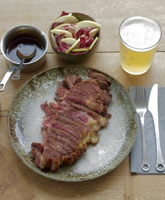 Koji mariniertes Dry aged Steak mit Radicchio-Nashi-Birnen-Salat und Madeira-Sauce, dazu passt ein cremiges Ale