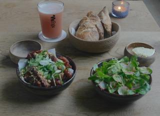 Koreanische Chicken-Wings und Romesco-Salat mit Buttermilch-Dressing, dazu passt ein Kesselbier