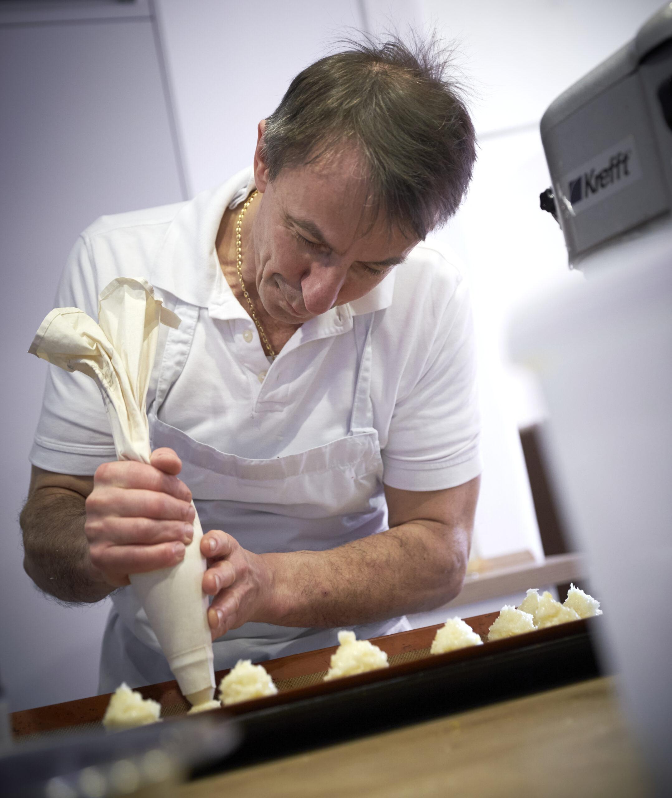 Café-Betreiber Bernhard Diers aus Verden lässt sich einiges für das vegane Frühstück einfallen.